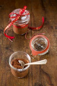 Il preparato per cioccolata calda in barattolo è una bella e buona idea regalo per Natale ma anche per se stessi per coccolarsi un pò.