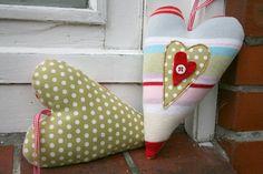 Romantisches Stoffherz im Vintage-Look.     Genäht aus einem Feinstrick-Stoff auf der Vorderseite und reiner Baumwolle auf der Rückseite und verziert
