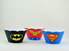 Saia (wrapper) para cupcake - Tema Super Heróis <br> <br>Feita em papel 180 gramas, com nosso fechamento de encaixe duplo que garante um acabamento perfeito e que a saia não abrirá quando colocada no bolinho ou cupcake. <br> <br>Disponível em 3 tamanhos (ver última foto do anuncio). <br> <br>Ao fazer o seu pedido, informe qual dos 3 tamanhos você deseja. <br>Caso não tenha especificação, consideraremos sempre o tamanho 2 como padrão. <br> <br>Tamanho 1: <br>Base com 5 cm de diâmetro…