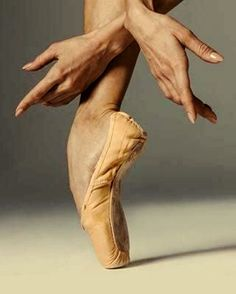 To make it to the top in the ballet world one usually finds stories filled of sweat and tears. Dancers Feet, Ballet Feet, Ballet Dancers, Ballerinas, Ballet Inspired Fashion, Ballet Fashion, Hand Pose, Hand Reference, Ballet Photography