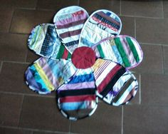 Tapete de flor Mug Rugs, 4th Of July Wreath, Scrap, Carpet, Quilts, Sewing, Crochet, Projects, Crafts