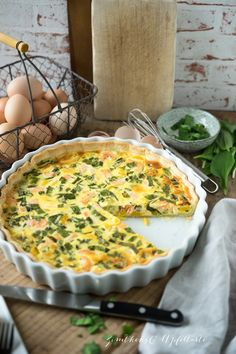 Wild garlic salmon quiche – simple recipe for this wonderful spring quiche. Tastes nice, creamy and spicy and can be prepared and varied very well. Also goes great with Easter brunch or just for a quick lunch or dinner. Pork Chop Recipes, Salmon Recipes, Lunch Recipes, Dinner Recipes, Healthy Recipes, Soup Appetizers, Vegan Appetizers, Appetizer Recipes, Salmon Quiche