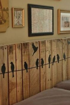 10 DIY Pallet Headboard Designs The most precious piece of furniture that lifts up the mood of your entire bedroom is the headboard. Wooden Pallets, Wooden Diy, Recycled Pallets, Pallet Wood, Pallet Bar, 1001 Pallets, Euro Pallets, Diy Wanddekorationen, Headboard Designs