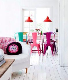cocina-blanca-con-asientos-de-colores-2