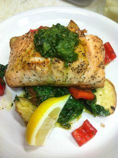 salmon with pesto sauce and sautéed spinachs