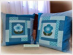 Novamente capas de almofadas feitas em patchwork na cor azul, porém num tom mais claro e modelo diferente. Como nas anteriores, estas també...