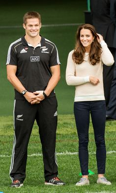 Catherine, Duchess of Cambridge and All Blacks captain Richie McCaw attend a young players' Rugby tournament at Forsyth Barr Stadium on April 2014 in Dunedin, New Zealand. The Duke and Duchess of. Get premium, high resolution news photos at Getty Images Kate Middleton Outfits, Style Kate Middleton, Duchess Kate, Duchess Of Cambridge, Bobo Chic, Prince William Et Kate, Duke William, Richie Mccaw, Princesse Kate Middleton