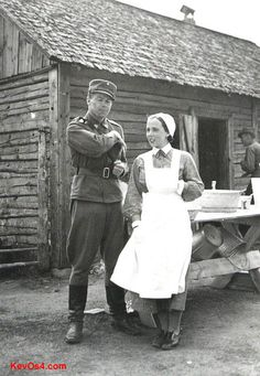 Soldier with Lotta Svard member History Of Finland, German Soldier, Ww2 Uniforms, Helsinki, Women In History, World War Two, Armed Forces, Historical Photos, Wwii