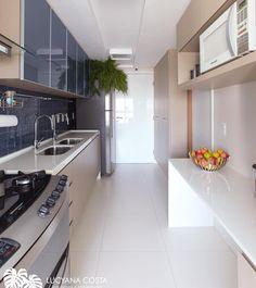 Começando a semana com muita inspiração {} Projeto de uma cozinha que fez uma composição linda entre branco madeira e azul marinho { Projeto @lucyanacosta.arquitetura }