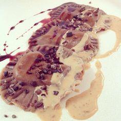 Filled chocolate pasta with iChoc White Nougat Crisp, peanutbutter and Amarena sauce / Gefüllte Schokoladennudeln mit Nougatschokolade, Erdnuss- und Amarenakirschsoße - #vegan, #iChoc -