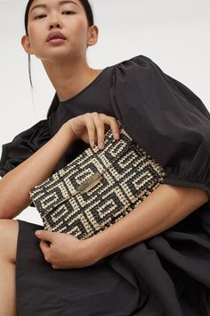 Clutch bag in paper straw. Detachable metal chain shoulder strap flap with metal fastener and inner compartment with zipper. Depth 1 in. Height 6 in. Width 9 in. Kenzo, Jacquemus, Textiles, H&m Gifts, Paper Straws, Crochet Fashion, Light Beige, Black Pattern, Fashion Company