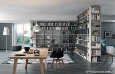 Libreria bifacciale e angolare dotata di scaletta con binario e di ante battenti con telaio in alluminio e vero fumè.