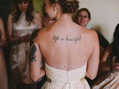 Dimenticate la sposa composta e impeccabile. Quel che resta oggi del matrimonio vecchio stile è l'abito bianco, per il resto la cerimonia nuziale si celebra con tatuaggi bene in vista, capelli selvaggi e uno stile tutt'altro che compassato. Stessa felicità, dunque, da indossare per il
