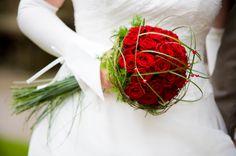 http://www.hochzeitswerkstatt.at/images/stories/impressionen/floristik/Brautstrauss-rot.jpg
