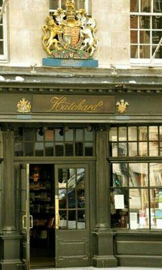 """""""La terza volta che sono entrata in quella libreria era un sabato. Quella volta volevo davvero un libro, non era una scusa. Pensai che quel negozietto mezzo nascosto in un vicolo cieco mi avrebbe riservato parecchi attimi di gioia in futuro.""""  [Libreria más antigua London]"""