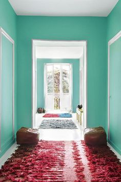 turquoise walls and a pink rug. Murs Turquoise, Turquoise Walls, Carpet Decor, Diy Carpet, Hall Carpet, Carpet Stairs, Farrow Ball, Color Azul Francia, Blue Carpet Bedroom