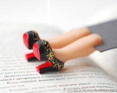 Louboutin shoes bookmark with golden glitter. Legs por MyBookmark, $25.00