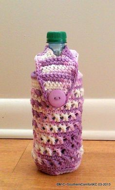 Water is essential to a good workout. Check out the many new styles and colors! Crochet Cup Cozy, Crochet Pouch, Crochet Purses, Crochet Beanie, Crochet Gifts, Easy Crochet, Free Crochet, Yarn Projects, Crochet Projects