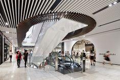 オーストラリア・メルボルンの中心地に新装したショッピングセンターの環境デザイン。多民族文化が息づき、豊かな自然に恵まれた都市であること、そしてメインの通りをつなぐレーンウェイと呼ばれる路地から生まれる独自のカフェ文化や活気を、施設のあり方に積極的に取り込んだ。「Cultured Strata(文化の積層)」を大きなテーマに据え、「Synchronized Diversity(多様性の交差)」「Organic Transformation(オーガニックな変容)」「Matured Contemporary(成熟した現代性)」「Golden Surprise(ゴールデンサプライズ)」というコンセプトキーワードを設け、各ゾーンごとの素材やデザインに反映。この街に根ざしつつ新鮮さも加味した施設となっている。