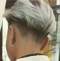 :)✂️ Show eles deixaram as madeixas crescerem e elas rasparam essa modernidade. Edgy Short Haircuts, Short Hair Undercut, Short Hair Cuts, Undercut Girl, Pixie Haircuts, Pixie Cuts, Hairstyles Haircuts, Tomboy Hairstyles, Undercut Hairstyles