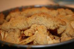 Appeltaart zonder suiker. Met speltmeel ipv bloem. En abrikozenjam verving ik door gepureerde gewelde abrikozen, rozijnen door gehakte amandelen en hazelnoten. Mmmm.