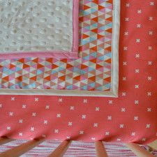 Couverture bébé / 100% coton / Triangle rose corail / cadeau bébé