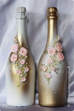 Resultado de imagem para how to fabric decoupage wine bottle Glass Bottle Crafts, Wine Bottle Art, Painted Wine Bottles, Diy Bottle, Bottles And Jars, Vintage Bottles, Antique Bottles, Vintage Perfume, Antique Glass