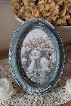 """Cadre romantique, en bois, patiné, blanc sur gris - """"Fillette bohème aux fleurs"""" - Esprit shabby chic : Décorations murales par charmy-co"""