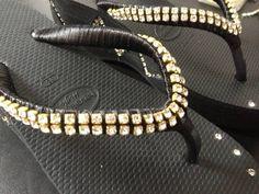 Sandália Havaianas com salto preta, número 35, customizada com strass dourado de ótima qualidade, produto à pronta entrega. R$ 100,00