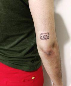 Artist: Hiasmyn L.  Câmera, tatuagem feminina. Camera, female tattoo.