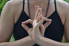 8 kéztartás, melyek gyógyító ereje észrevétlenül hozzák helyre a szervezet problémáit! - Filantropikum.com Chakra Meditation, Kundalini Yoga, Chakra Healing, Spiritual Meaning Of Numbers, Yoga Symbole, Ayurveda, Gyan Mudra, Muladhara Chakra, Body Organs