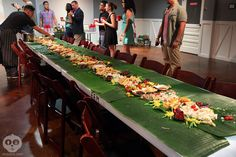 kamayan - Cerca con Google Boodle Fight Party, Boodles, Board Ideas, Filipino, Food And Drink, Party Ideas, Cheese, Table Decorations, Dinner