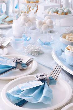 『アナと雪の女王』の「エルサ」が大好きな5歳女の子のお誕生日パーティー。「キラ… Aussie Christmas, Australian Christmas, Frozen Christmas, Blue Table Settings, Christmas Table Settings, Christmas Tablescapes, Frozen Party Table, Frozen Theme Party, Diy Party Plates