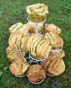 a delicious garden party! Herb and garlic bread trays - Garlic and herb bread trays -For a delicious garden party! Herb and garlic bread trays - Garlic and herb bread trays - Party Finger Foods, Party Snacks, Party Trays, Grilling Recipes, Snack Recipes, Cooking Recipes, Pan Relleno, Herb Bread, Garlic Bread