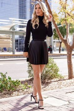 Pleated Skirt Outfit Short, Black Skirt Outfits, Winter Skirt Outfit, Pleated Mini Skirt, Mini Skirts, Short Skirts, Flared Skirt, Chic Outfits, Winter Outfits