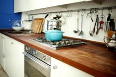 Contemporary Kitchen Appliances And Wooden Countertops Also White Sleek Kitchen Cabinets Design Ideas: Stylish Apartment Interior Design for Space Saving Solution Kitchen Rack, Kitchen Cabinet Design, Kitchen Dining, Kitchen Cabinets, Kitchen Furniture, Layout Design, Design Ideas, Wooden Countertops, Bed In Living Room