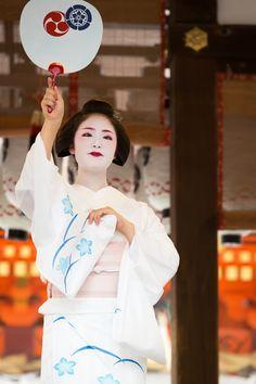 The maiko Kimihiro dancing during Konchiki Odori with a round fan. It's a Odori of summer.
