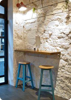 En esta ocasión se trataba de proyectar una pizzería con horno de leña en una calle de tradición hostelera en La Coruña, en un local estrecho y alargado.