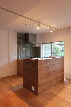 キッチン 腰壁 タイル Kitchen Office, Kitchen Interior, Modern Interior, Interior And Exterior, Kitchen Dining, Cheap Houses, Japanese House, Home Kitchens, Living Spaces