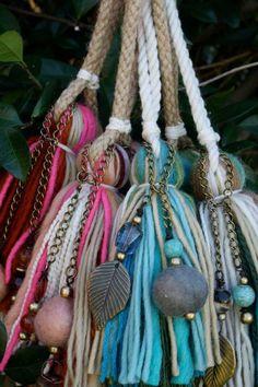 Colgantes para cortinas y puertas – Silenblogger Diy Arts And Crafts, Hobbies And Crafts, Diy Crafts, Ruby Beads, Macrame Patterns, Yarn Crafts, Plant Hanger, Beaded Jewelry, Handmade Items