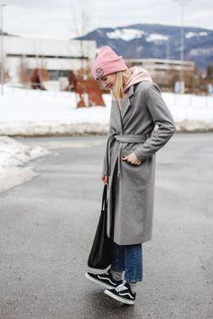 tifmys – Coat: Minimum | Beanie and hoodie: H&M | Jeans: Envii | Sneakers: Vans Oldskool
