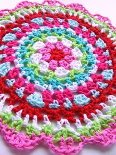 Doily patroon/pattern in Dutch with link to the English pattern (here): Crochet Home, Love Crochet, Beautiful Crochet, Crochet Doilies, Crochet Yarn, Crochet Flowers, Crochet Stitches, Crochet Mandala Pattern, Crochet Circles