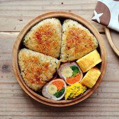 2018/11/07 今日のお弁当。 ・悪魔の焼きおにぎり ・野菜の肉巻き (ヤングコーン・人参・小松菜) ・かぼちゃサラダ ・だし巻き卵 * 昨日の夕飯の残りの#悪魔のおにぎり に、 醤油塗って焼いてみたよ٩( ᐛ )و✨ 3つ入れたらおかずが全然入らん さてさて、今日も1日頑張りましょ〜 . . #OnigiriAction #肉巻き #肉巻き部 #巻き巻き部 Bento Recipes, Cooking Recipes, Healthy Recipes, Mouth Watering Food, Aesthetic Food, Asian Recipes, Food Inspiration, Love Food, Food Photography