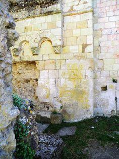 Vers les chemins de l'Anjou: Les tombes des ruines de l'église Saint-Pierre à Montreuil-Bellay