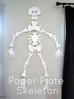halloween crafts: paper plate skeleton tutorial i love this guy. i'm not big into halloween, but this skeleton is based on a decoration my mama made when i wa Diy Halloween, Halloween Party Decor, Holidays Halloween, Happy Halloween, Halloween Recipe, Halloween Pictures, Halloween Skeletons, Fall Crafts, Holiday Crafts