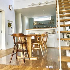 部屋全体 鉄骨階段 無垢床 ニッチ 収納の多い家 などのインテリア