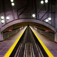 Station de métro à Montréal, perspective fuyante et symétrie
