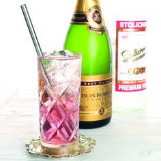 By Charles Flamminio  cl. 3 di olio d'oliva ratafià e cannella cl. 5 di Vodka cl. 3 di Champagne a colmare  #lamadia #lamadiatravelfood #cocktail #champagne