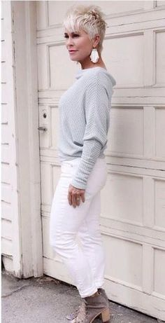 Looking beautiful in pale colours and white on whites. /fashion for older women - Looking beautiful in pale colours and white on whites. /fashion for older women - Over 50 Womens Fashion, Fashion Over 40, Fashion 2017, Look Fashion, Fashion Outfits, Fashion Tips, Fashion Styles, Older Women Fashion, Fashion Videos