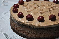 Prieteni dragi, va place ciocolata?! Dar visinele? Daca ati raspuns afirmativ, inseamna ca veti savura impreuna cu noi acest tort cu ciocolata si visine, pe care i l-am facut lui mami de ziua ei. La multi ani, mami draga, te iubim din tot sufletul!!!! Si promit ca-ti fac si-o portie de amandine!!!! :D Tortul se face foarte usor si, foarte important, nu are gelatina!!!! :D Va stept, asadar, cu impresii! Ingrediente: Pentru blat: 150 g unt 100 g ciocolata amaruie (50% cacao) 4 oua 80 g faina… Beverages, Food And Drink, Pudding, Sweets, Cheesecake, Candles, Cooking, Desserts, Mai